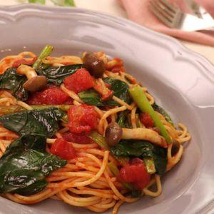 「小松菜とベーコンのトマトパスタ」のレシピ動画