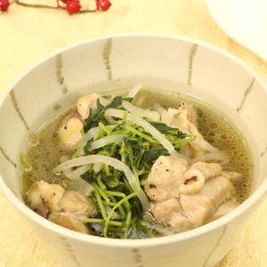 「鶏もも肉と豆苗の中華スープ」のレシピ動画