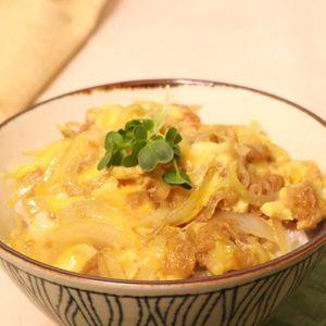 「ツナ玉ねぎの卵とじ丼」のレシピ動画