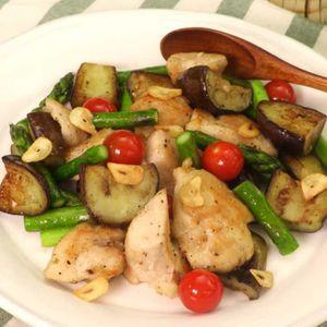 「鶏むね肉と夏野菜のガーリック炒め」のレシピ動画