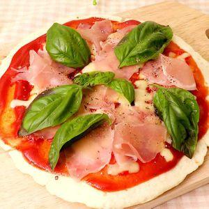 「バジルと生ハムのピザ」のレシピ動画