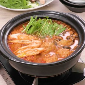 「水菜と鶏団子のチゲ鍋」のレシピ動画