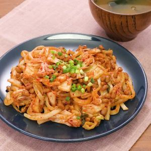 「納豆キムチ焼きうどん」のレシピ動画