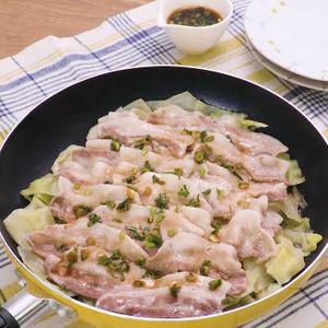 「豚バラキャベツのフライパン蒸し」のレシピ動画