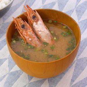 「赤エビの味噌汁」のレシピ動画